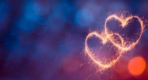Festlicher Hintergrund des blauen Rotes mit glühenden Herzen Stockfotos