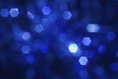 Festlicher Hintergrund, glühende Hexagone, Nüsse auf einem blauen Hintergrund stockfotografie