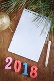 Festlicher Hintergrund mit leerem Notizblock über guten Rutsch ins Neue Jahr 2018 Lizenzfreies Stockbild