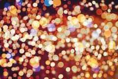 Festlicher Hintergrund mit natürlichem bokeh und hellen goldenen Lichtern Weinlese-magischer Hintergrund mit Farbe Stockfotos