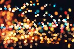Festlicher Hintergrund mit natürlichem bokeh und hellen goldenen Lichtern Weinlese-magischer Hintergrund mit Farbe Stockfoto