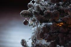 Festlicher Hintergrund mit Schnee und Weihnachtsbaum Stockfoto