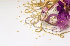Festlicher Karnevals-Hintergrund mit Masken, Perlen und Kopienraum Lizenzfreies Stockfoto
