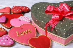 Festlicher Kasten mit einem Bogen und bunte Keksherzen für Valentinsgruß Lizenzfreie Stockfotografie