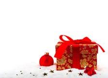 Festlicher Kasten mit einem Weihnachtsgeschenk Stockbilder