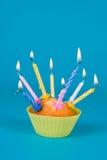 Festlicher kleiner Kuchen mit Kerzen Stockfoto