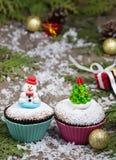 Festlicher kleiner Kuchen mit Weihnachtsbaum und Schneemann Stockbilder