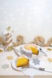 Festlicher Kürbiskuchen mit Kokosnuss auf Tabelle und Weihnachtsdekoration Hintergrund Bokeh Stockbilder