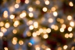 Festlicher Neu-jähriger Hintergrund mit bokeh vom Christbaumkerzeglühen Unscharfe bunte Kreise am hellen Feiertag Lizenzfreie Stockfotos