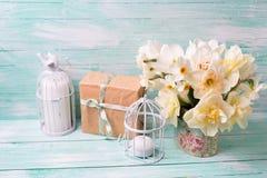 Festlicher Präsentkarton, Blumen und Kerzen auf Türkis malten w Stockfoto