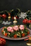 Festlicher Salat verzierte Schweine des gekochten Eies stockfotos