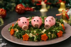 Festlicher Salat verzierte Schweine des gekochten Eies stockbild