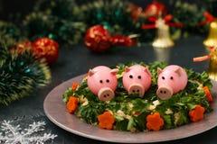 Festlicher Salat verzierte Schweine des gekochten Eies lizenzfreie stockfotografie