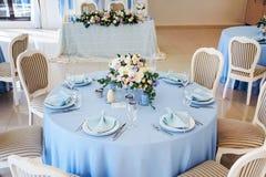 Festlicher Tabellenplan Einladungskarte mit Perlendekoration und Rosen Boutonniere auf weißem Hintergrund Stockfotografie