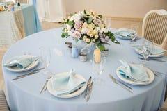 Festlicher Tabellenplan Einladungskarte mit Perlendekoration und Rosen Boutonniere auf weißem Hintergrund Lizenzfreies Stockbild