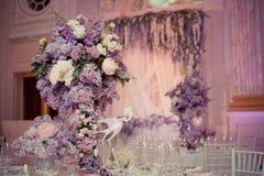 Festlicher Tischschmuck in den lila Farben Lizenzfreies Stockbild