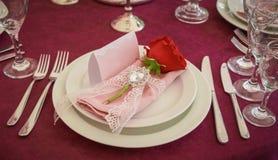 Festlicher Tischschmuck mit roten Blumen lizenzfreie stockbilder