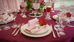 Festlicher Tischschmuck mit roten Blumen lizenzfreie stockfotos