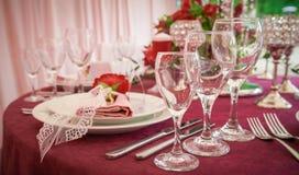 Festlicher Tischschmuck mit roten Blumen lizenzfreies stockbild
