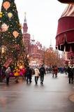 Festlicher Weihnachtsbaum auf Rotem Platz, Moskau Im Hintergrund - das Gebäude des historischen Museums lizenzfreies stockbild