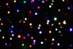 Festlicher Weihnachtshintergrund mit natürliches bokeh hellen bunten Lichtern Stockfotos