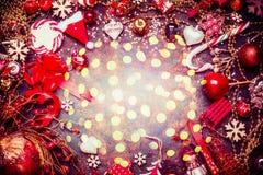 Festlicher Weihnachtshintergrund mit verschiedenen roten Dekorationen und Süßigkeit mit bokeh Licht, Draufsicht stockfotografie