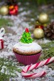 Festlicher Weihnachtskleiner kuchen mit Baum Stockfotografie