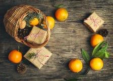 Festlicher Weihnachtskorb mit Geschenkboxen und Tangerinen Lizenzfreies Stockfoto