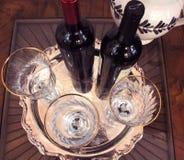 Festlicher Wein und Weingläser lizenzfreie stockfotos