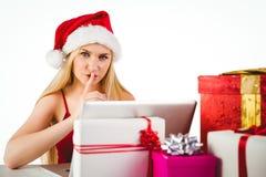 Festliches blondes Einkaufen online mit Laptop Lizenzfreie Stockfotos