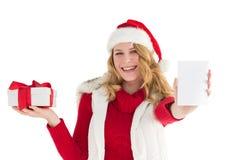 Festliches blondes haltenes Geschenk auf rechter Hand Lizenzfreie Stockbilder