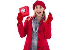 Festliches blondes haltenes Geschenk und Kreditkarte Lizenzfreies Stockbild
