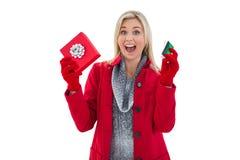 Festliches blondes haltenes Geschenk und Kreditkarte Stockfotos