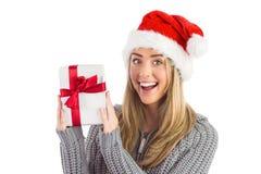 Festliches blondes haltenes Weihnachtsgeschenk Lizenzfreies Stockfoto
