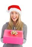 Festliches blondes haltenes Weihnachtsgeschenk Lizenzfreie Stockfotografie