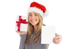 Festliches blondes haltenes Weihnachtsgeschenk Stockbild