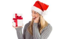 Festliches blondes haltenes Weihnachtsgeschenk Lizenzfreies Stockbild