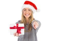 Festliches blondes haltenes Weihnachtsgeschenk Stockfoto