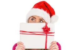 Festliches blondes haltenes Weihnachtsgeschenk Lizenzfreie Stockfotos