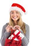 Festliches blondes haltenes Weihnachtsgeschenk und -tasche Stockfotos