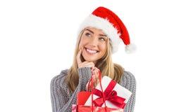 Festliches blondes haltenes Weihnachtsgeschenk und -tasche Lizenzfreie Stockfotos