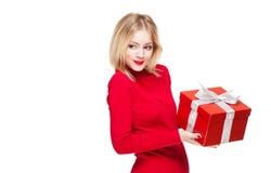 Festliches blondes mit Geschenkbox. Lizenzfreies Stockfoto