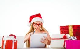 Festliches blondes Schreiben ihre Weihnachtsliste Stockfoto