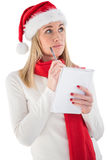 Festliches blondes Schreiben ihre Weihnachtsliste Lizenzfreies Stockfoto