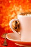 Festliches Cup des heißen Getränks mit Zimtsteuerknüppeln Lizenzfreie Stockfotos