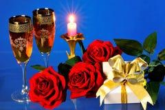 Festliches Ereignis, Geschenke und ein Blumenstrauß von Rosen stockbilder