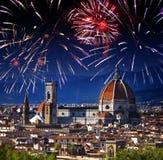 Festliches Feuerwerk über Kathedrale Santa Maria del Fiore Italien Florenz stockfotos