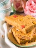 Festliches Frühstück blüht Erdnussbutter bownies auf Pastell Lizenzfreies Stockfoto