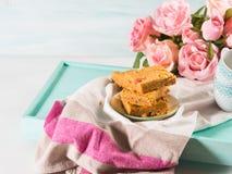 Festliches Frühstück blüht Erdnussbutter bownies auf Pastell Stockfotos