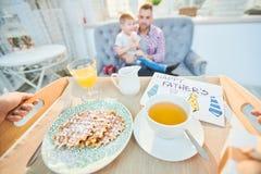 Festliches Frühstück am Vatertag stockfotos